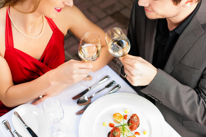 Pares que comem o jantar no restaurante muito bom imagem de stock royalty free