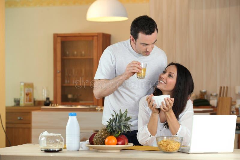 Download Pares Que Comem O Pequeno Almoço Imagem de Stock - Imagem de alimento, maçãs: 26501947