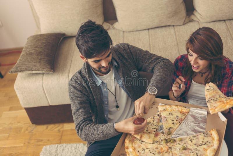 Pares que comen pizza fotografía de archivo libre de regalías