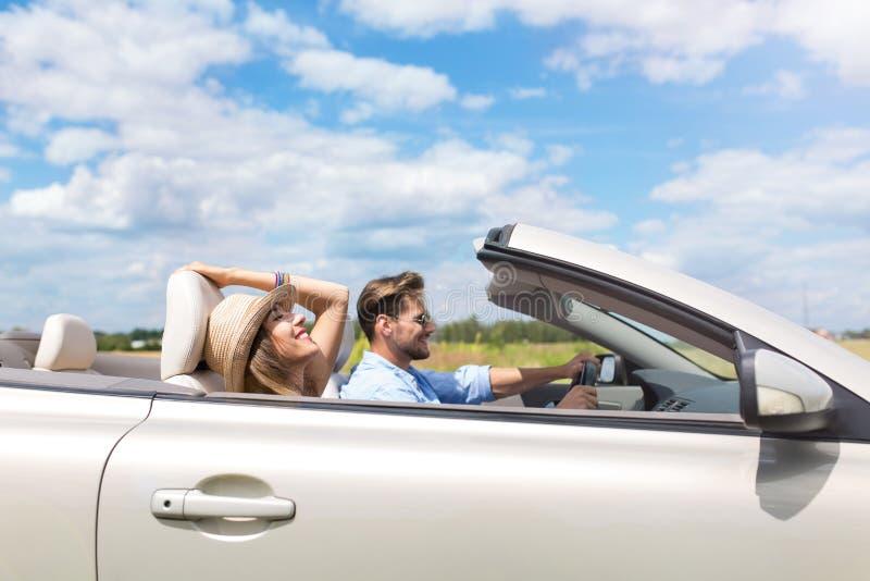 Pares que conducen en convertible foto de archivo libre de regalías