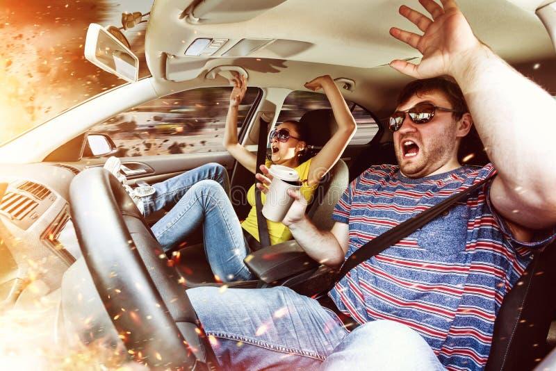 Pares que conduzem no carro fotos de stock