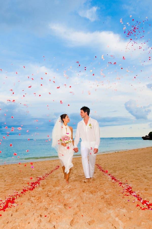 Pares que consiguen casados fotografía de archivo libre de regalías
