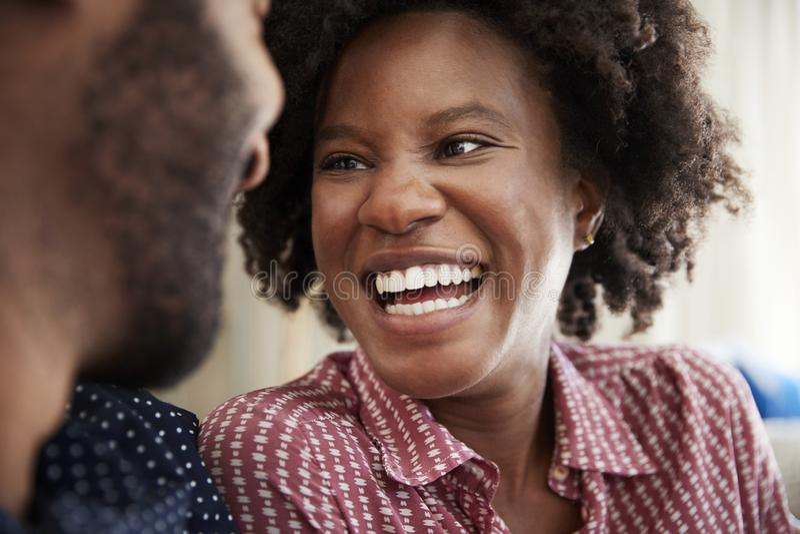 Pares que conversam e que relaxam em Sofa At Home Together foto de stock royalty free