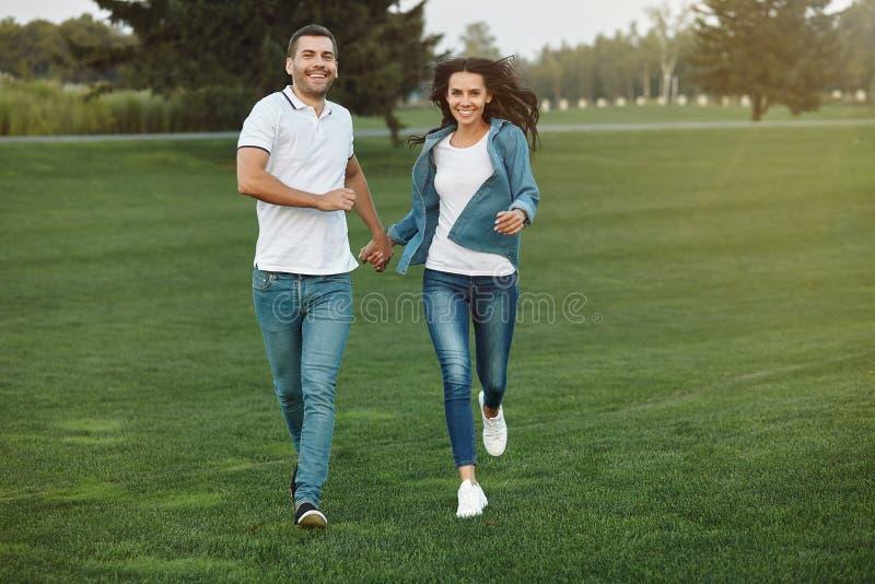 Pares que corren en el parque en el d3ia imagenes de archivo