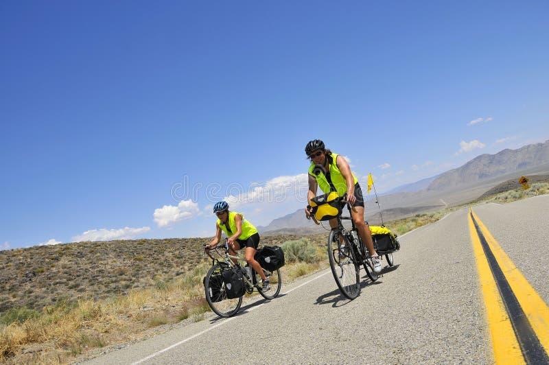 Pares que dão um ciclo através de Nevada fotos de stock