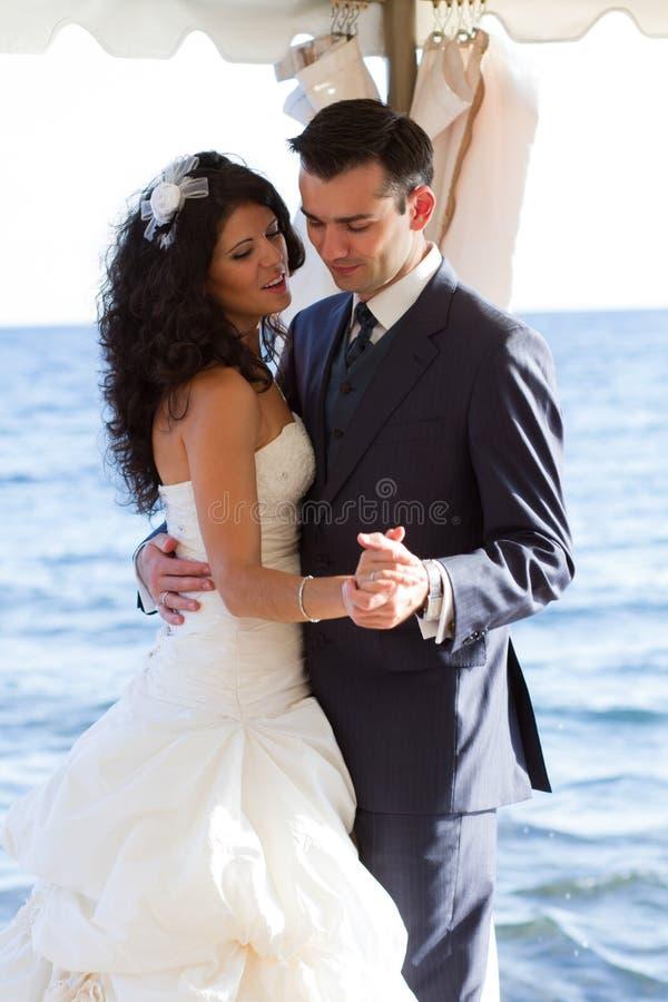 Pares que dançam a dança do casamento fotografia de stock royalty free