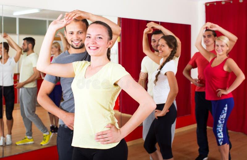 Pares que dançam a dança do Latino fotos de stock