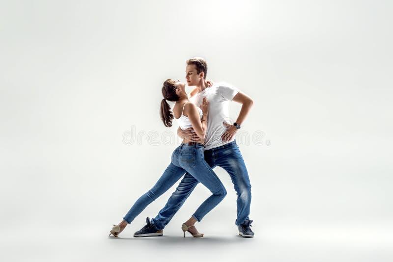 Pares que dançam o danse social foto de stock