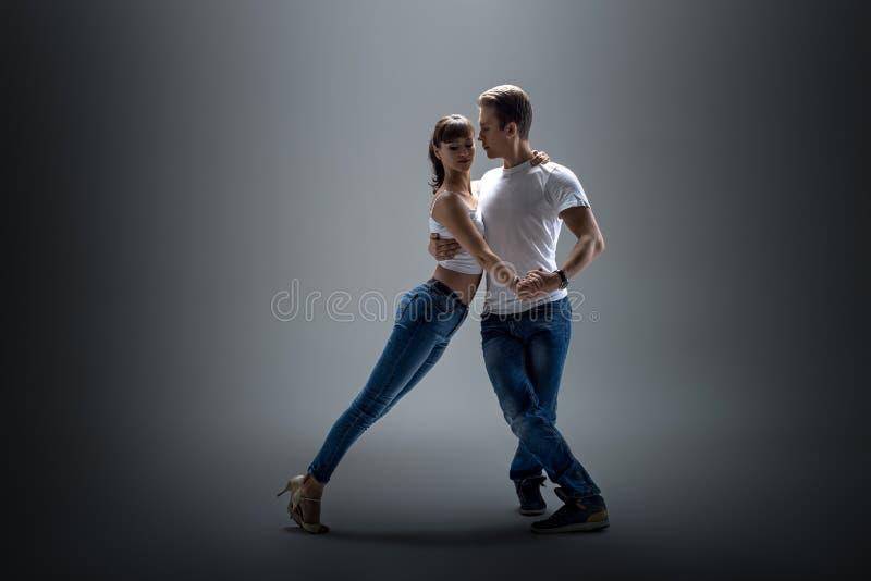 Pares que dançam o danse social fotos de stock royalty free