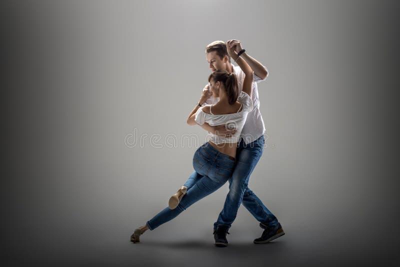 Pares que dançam o danse social imagem de stock