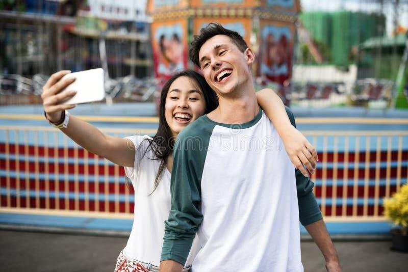 Pares que datam o Funfair do parque de diversões felicidade brincalhão festiva C fotos de stock
