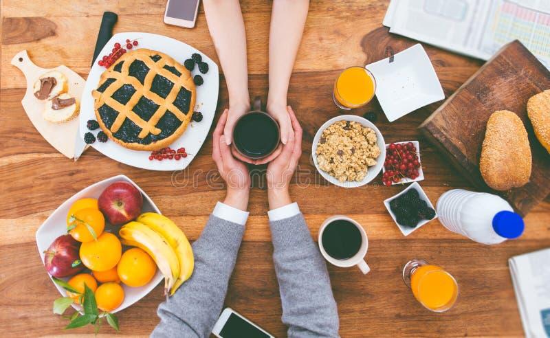 Pares que desayunan en la mañana en casa fotografía de archivo