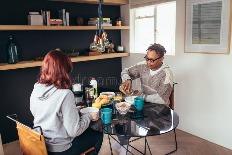 Pares que desayunan junto en casa imagen de archivo libre de regalías