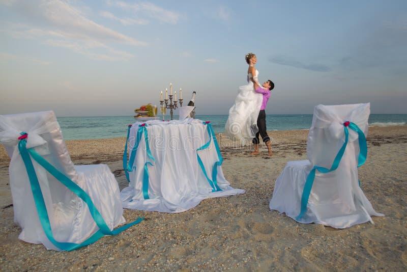 Pares Que Descansam Na Praia Fotos de Stock Royalty Free