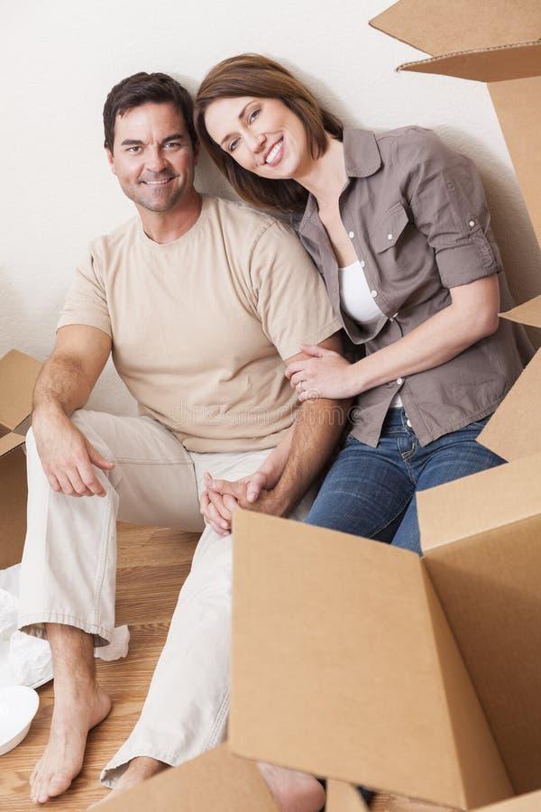 Pares que desembalam ou caixas de embalagem que movem a casa imagens de stock