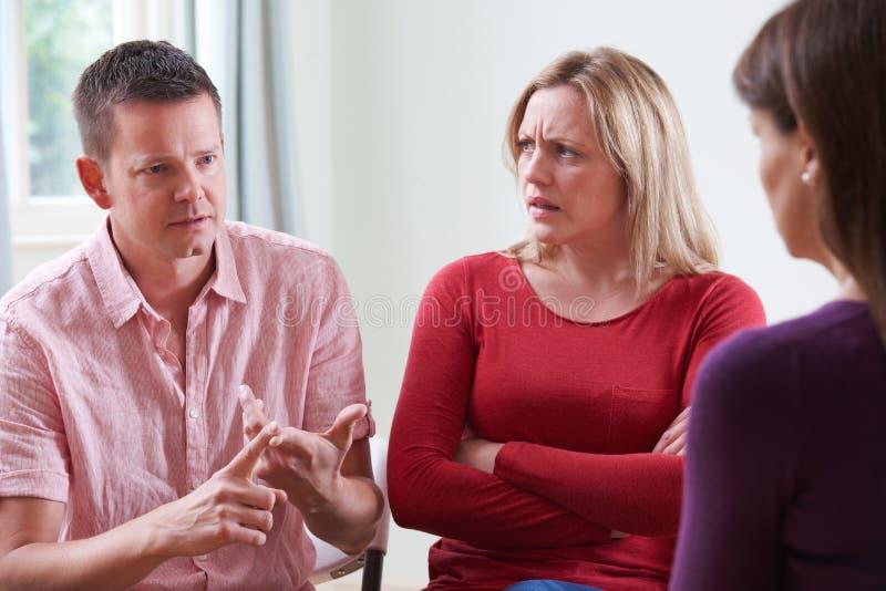 Pares que discutem em Front Of Relationship Counsellor imagens de stock