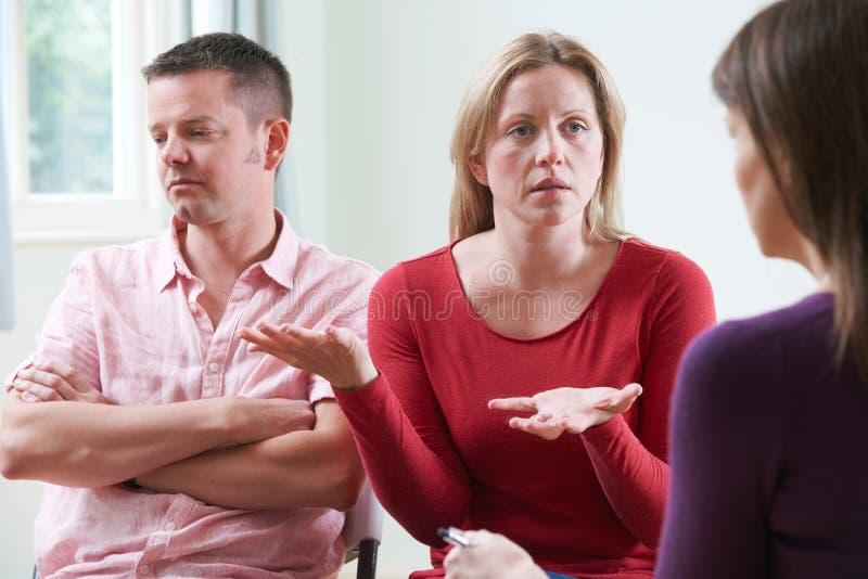 Pares que discutem problemas com o conselheiro do relacionamento foto de stock royalty free
