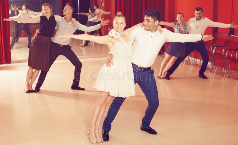 Pares que disfrutan de danzas del latín imágenes de archivo libres de regalías