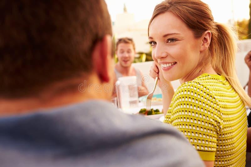 Pares que disfrutan de la comida al aire libre del verano con los amigos imágenes de archivo libres de regalías
