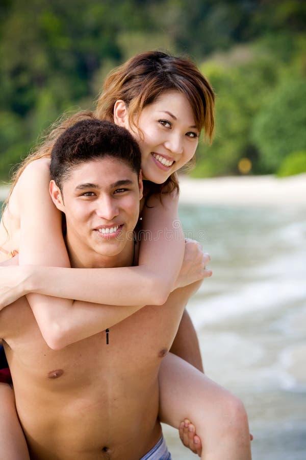 Pares que disfrutan de tiempo romántico foto de archivo