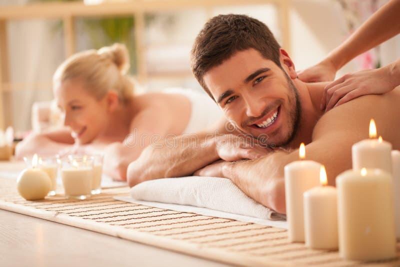 Pares que disfrutan de un masaje trasero fotografía de archivo libre de regalías