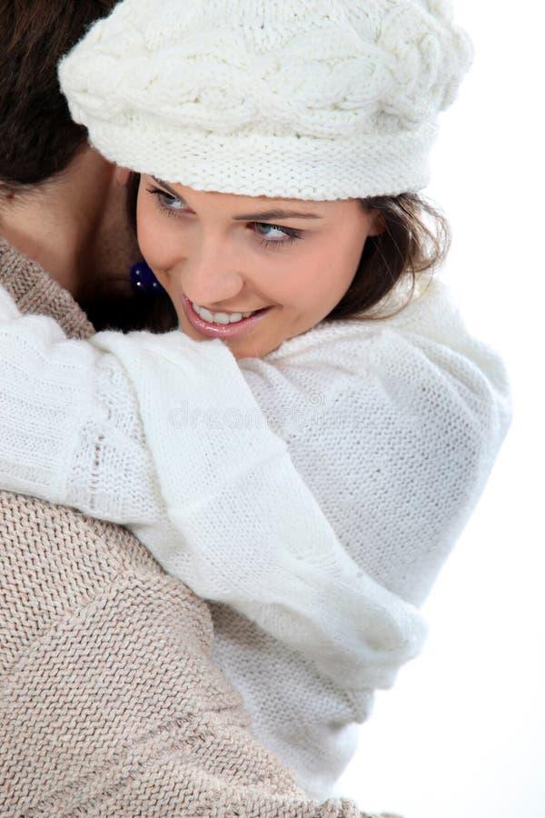 Pares que disfrutan del abrazo del invierno foto de archivo libre de regalías