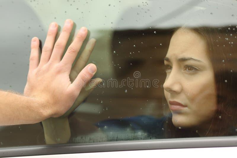 Pares que dizem adeus antes do curso de carro fotos de stock