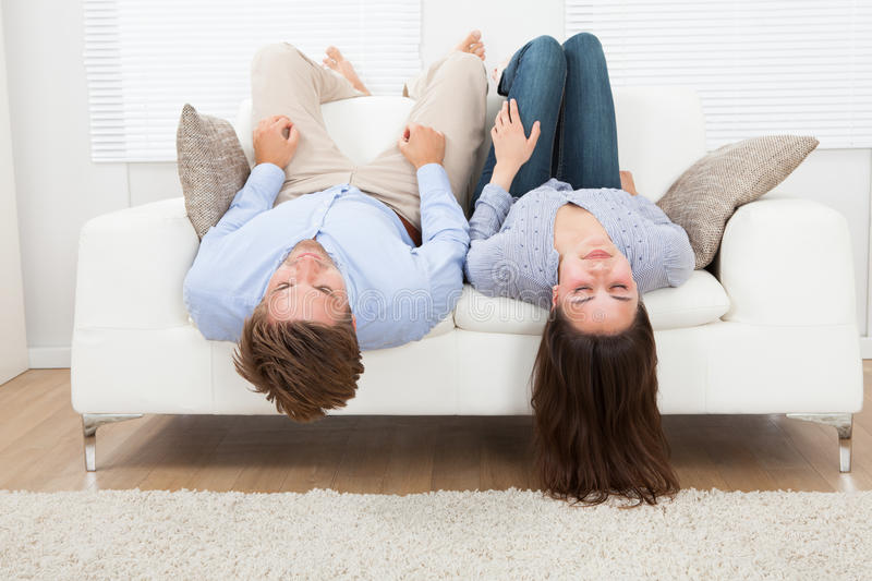 Pares que dormem em Sofa At Home fotografia de stock royalty free