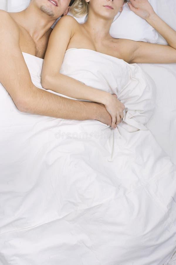 Pares que dormem junto fotos de stock royalty free