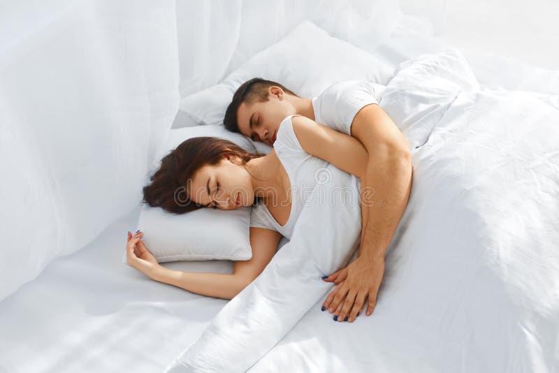 Pares que dormem na cama fotografia de stock