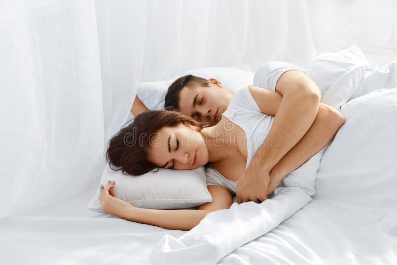 Pares que dormem na cama imagens de stock