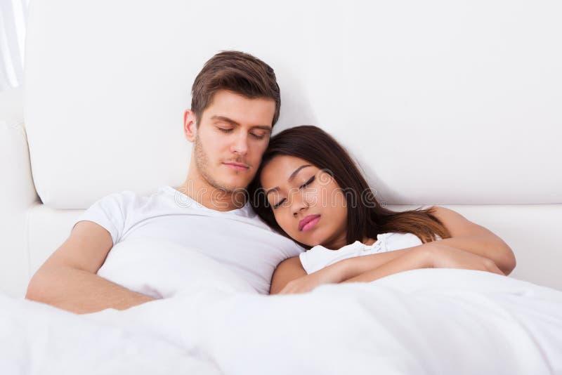 Pares que dormem no colchão fotografia de stock