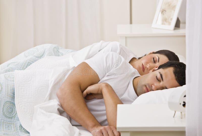 Pares que duermen en cama