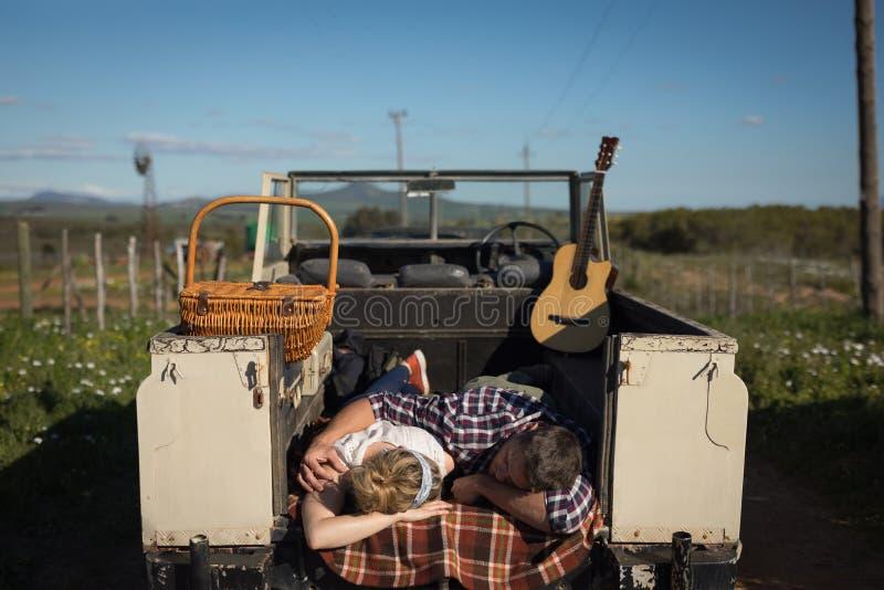 Pares que duermen en coche en un día soleado fotos de archivo libres de regalías
