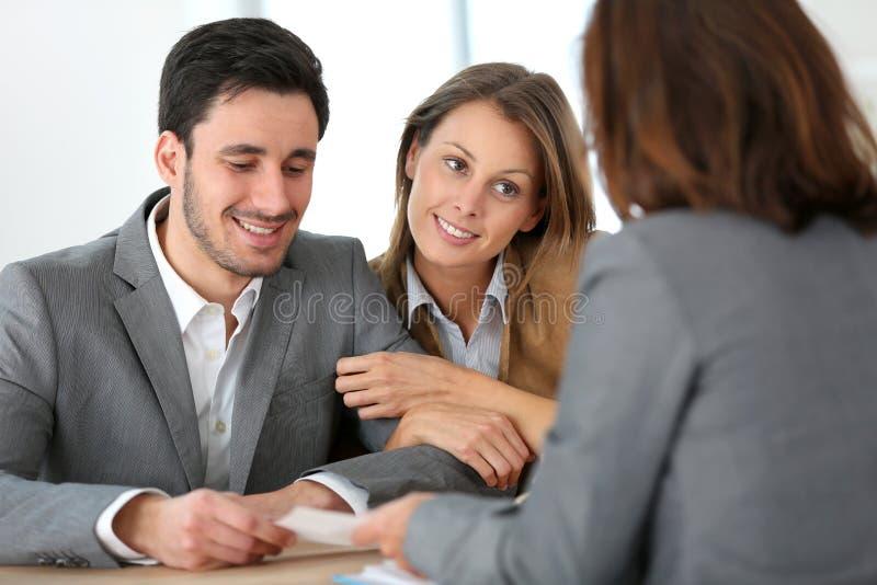 Pares que encontram o conselheiro financeiro foto de stock