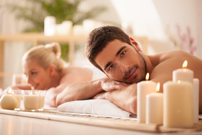 Pares que esperam uma massagem imagens de stock royalty free