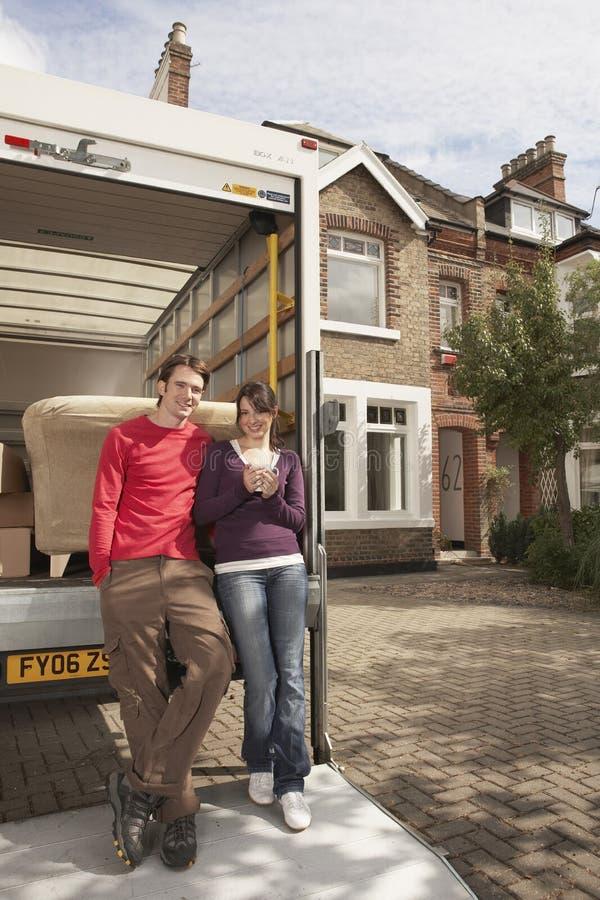 Pares que estão movendo a casa de Van In Front Of New fotografia de stock royalty free