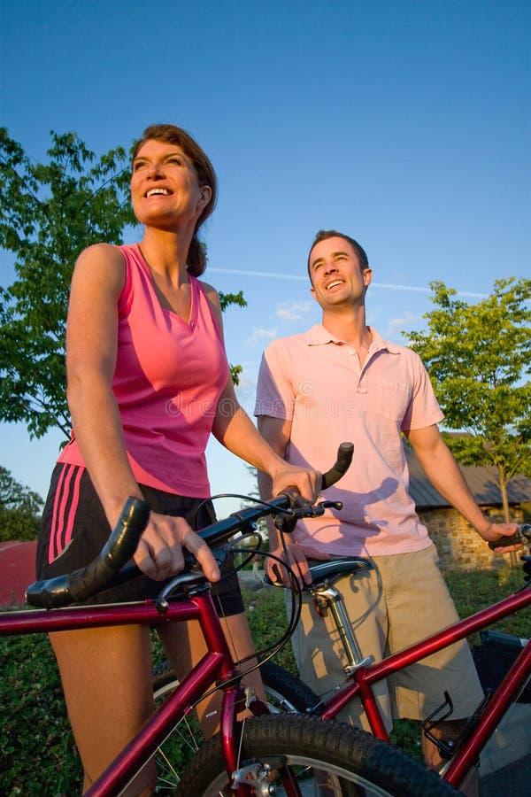 Pares que estão por Bicicleta - vertical fotos de stock