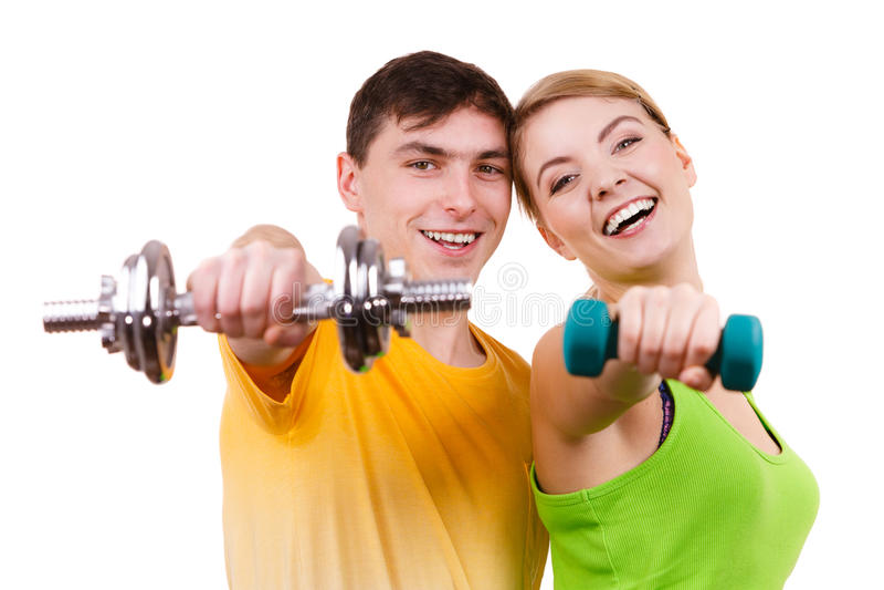 Pares que exercitam com levantar peso dos pesos fotos de stock