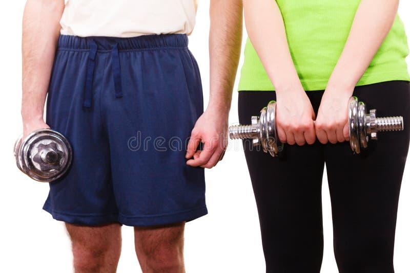 Pares que exercitam com levantar peso dos pesos fotografia de stock
