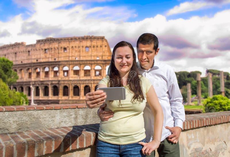 Pares que fazem a foto do selfie em Roma fotografia de stock