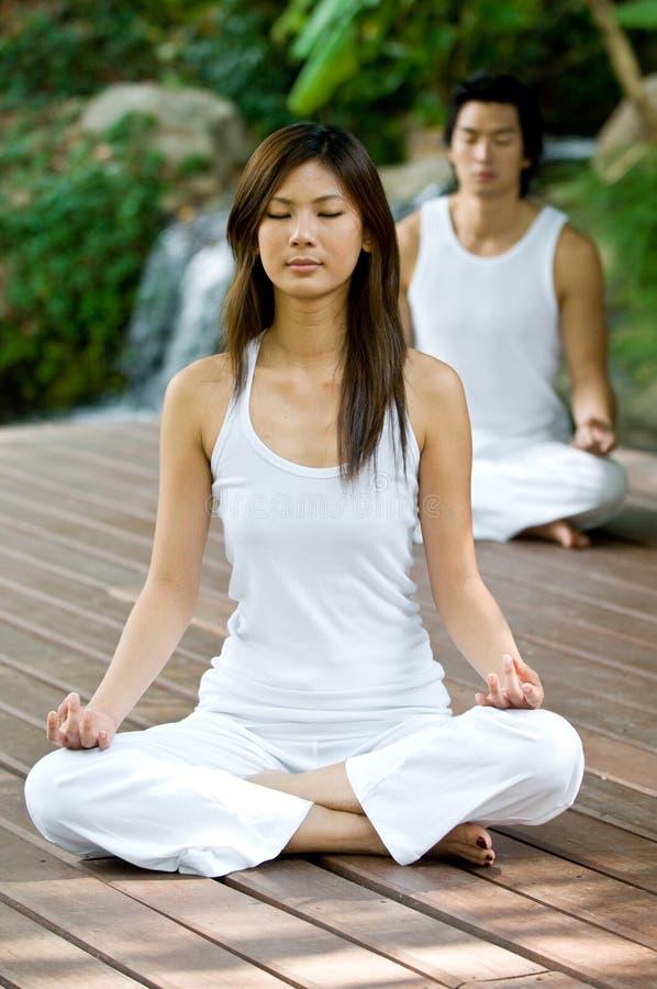 Pares que fazem a ioga imagem de stock royalty free