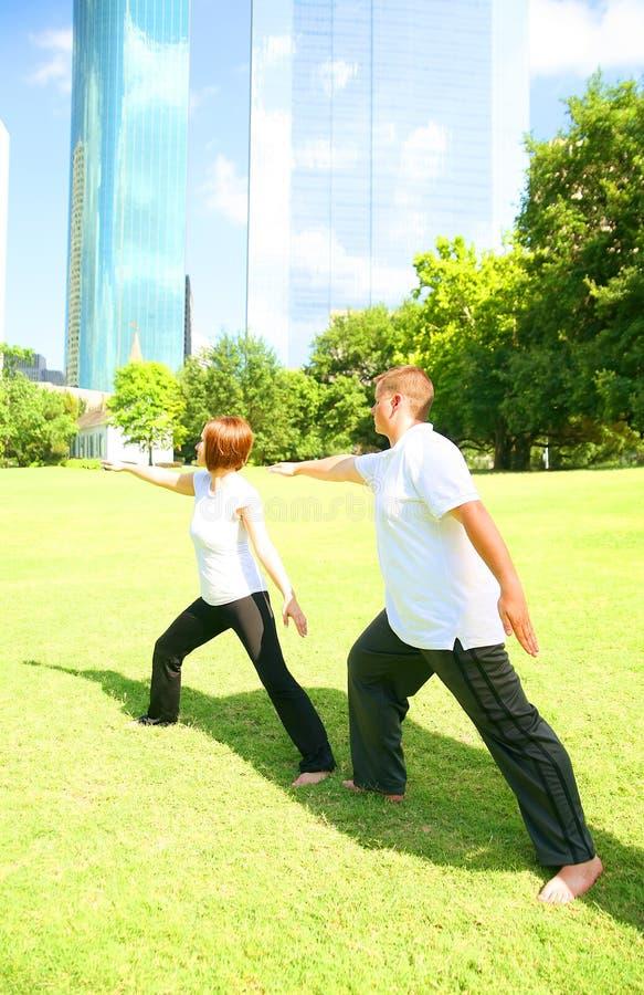 Pares que fazem a ioga ao ar livre fotos de stock royalty free