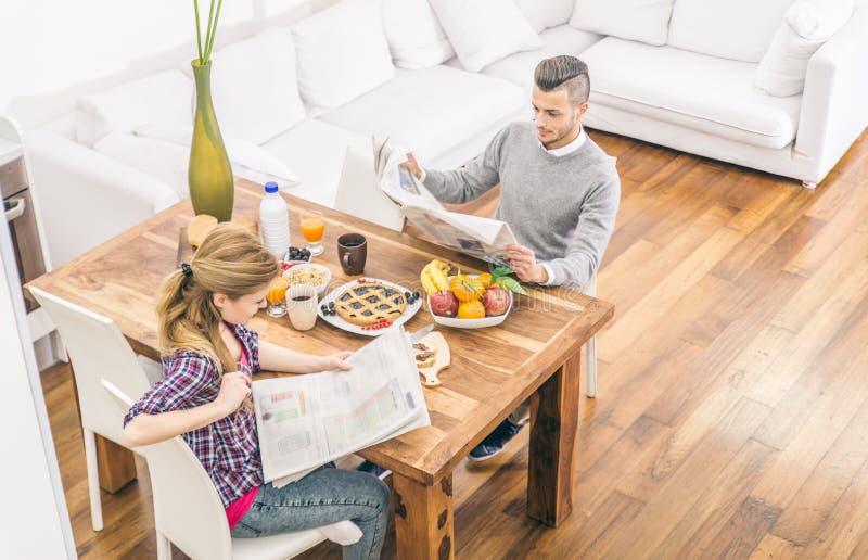 Pares que fazem o café da manhã em casa fotografia de stock royalty free