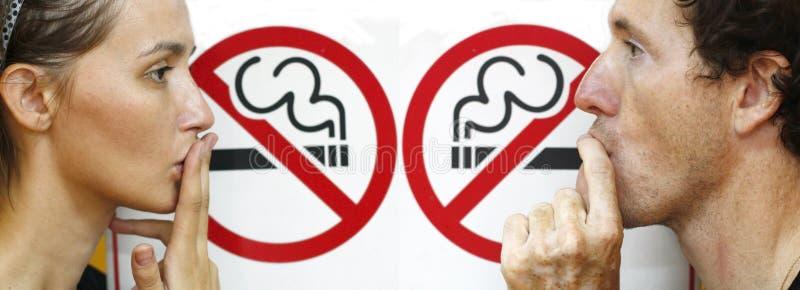 Pares que fingen fumar ilustración del vector