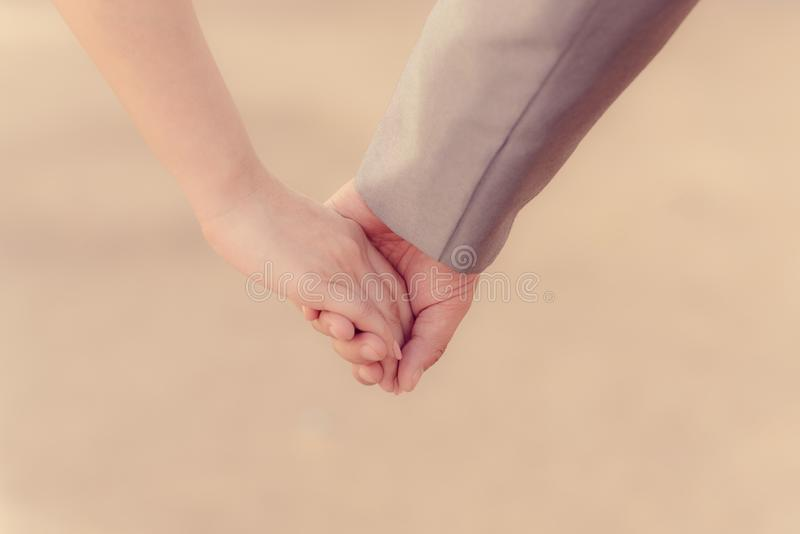 Pares que guardam as mãos no dia de são valentim imagem de stock