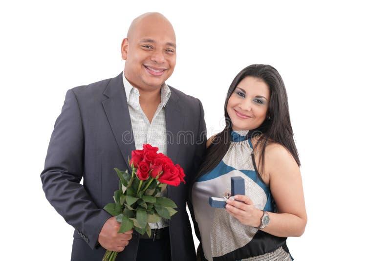 Pares que guardam o anel e as flores imagem de stock royalty free