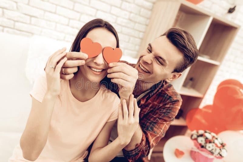 Pares que guardam o origâmi vermelho do coração Dia do `s do Valentim fotografia de stock