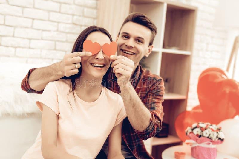 Pares que guardam o origâmi vermelho do coração Dia do `s do Valentim fotografia de stock royalty free
