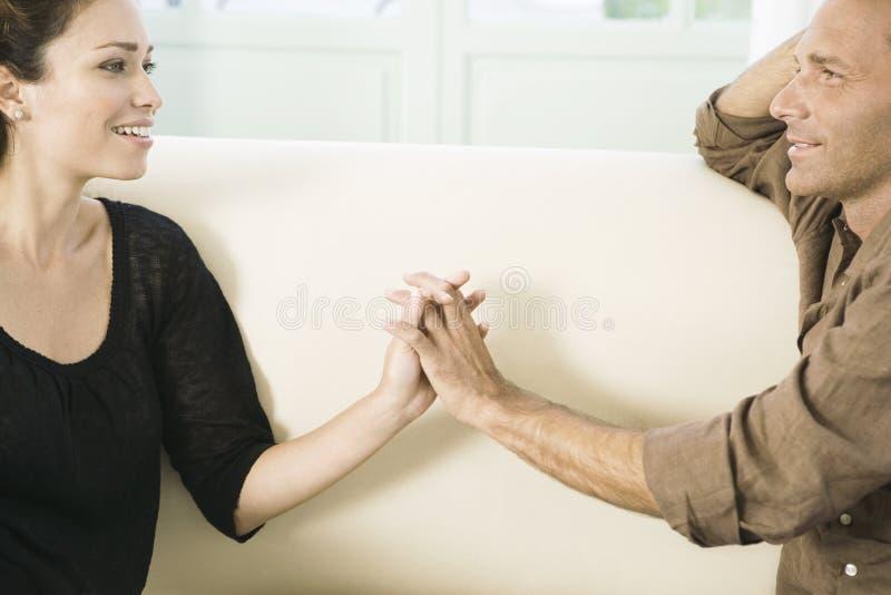 Pares que guardaram as mãos. foto de stock